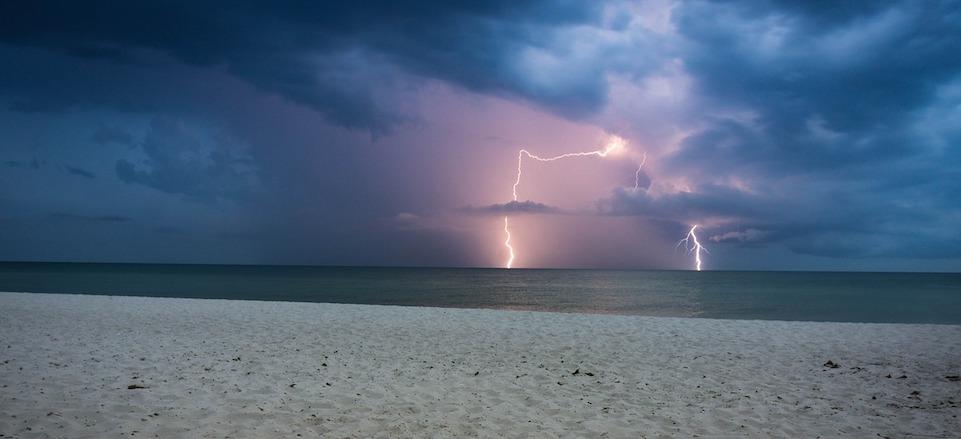 storm-lighting-boat