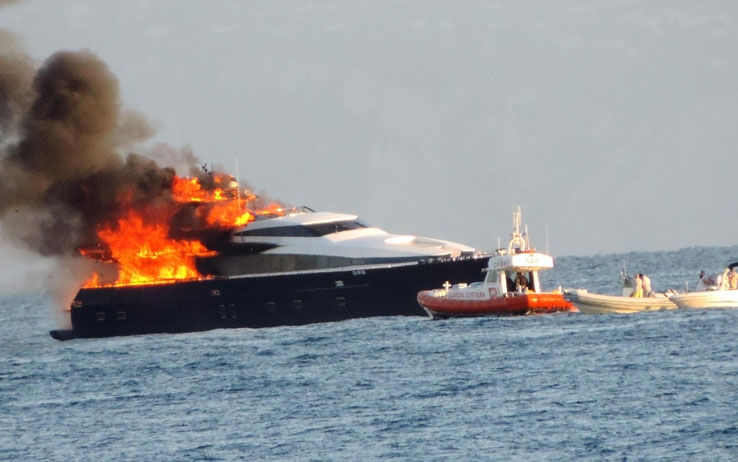 De Laurentis' boat on fire in the Gulf on Naples