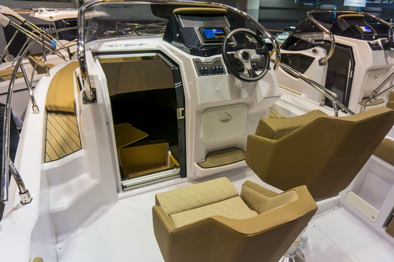Next 220 SH, steering console