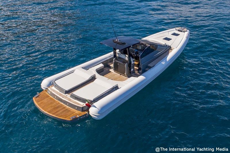 Magazzu MX 13 Coupe, U-shaped sofa and aft sun pad