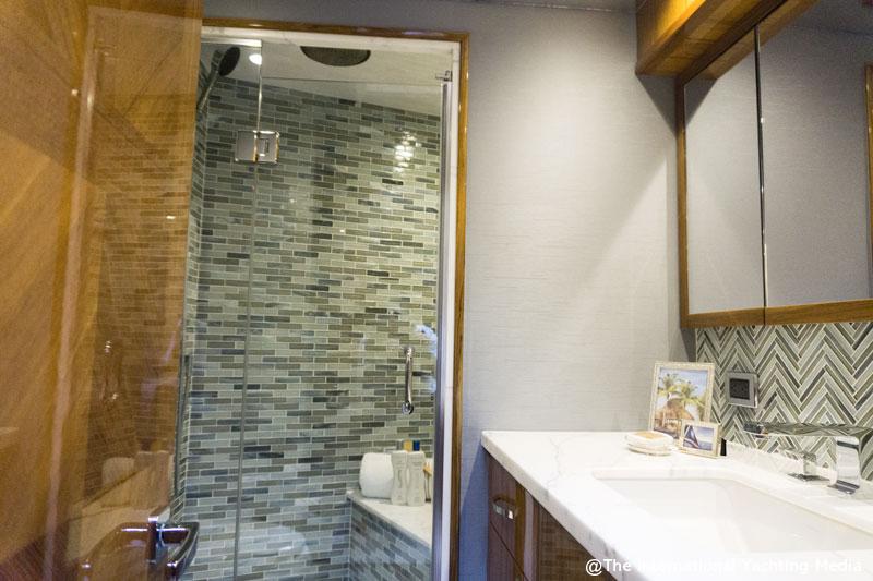 Hatteras GT 70, bathroom
