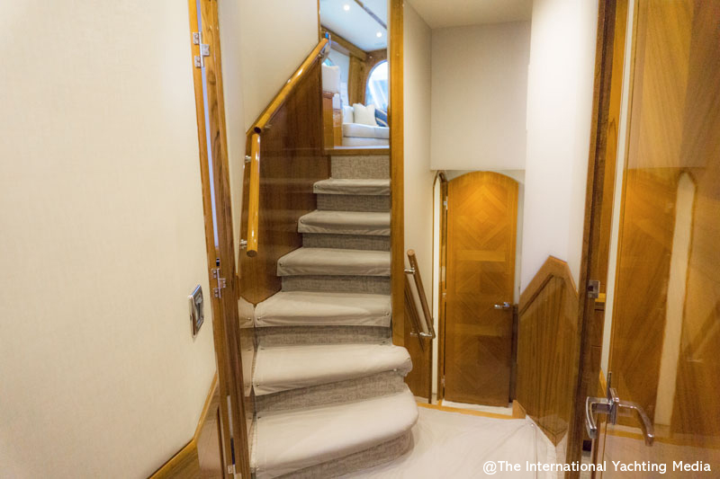 Hatteras GT 70, staircase