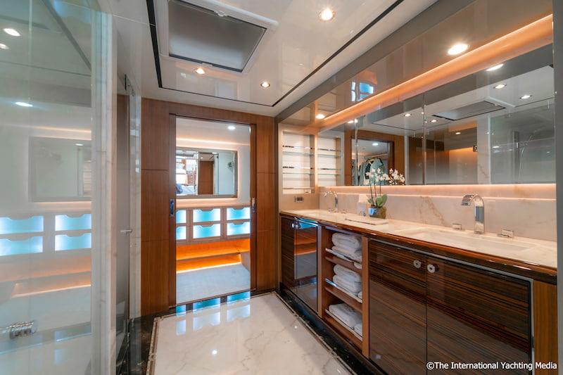 Ocean Alexander 100 Skylounge, master apartment