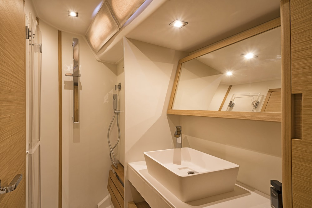 GS 48 Performance, bathroom