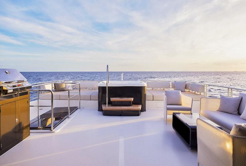 Ocean Alexander 84R aft bridge deck