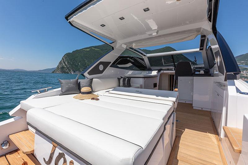 Rio Yachts Paranà 38, aft sunpad
