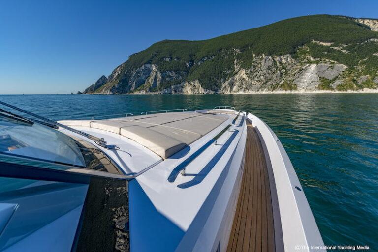 Franchini Mia 63 bow sunpad