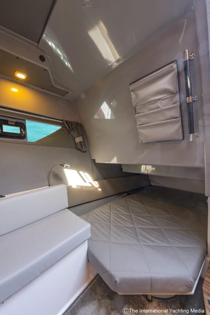 Flipper 900 DC stern cabin