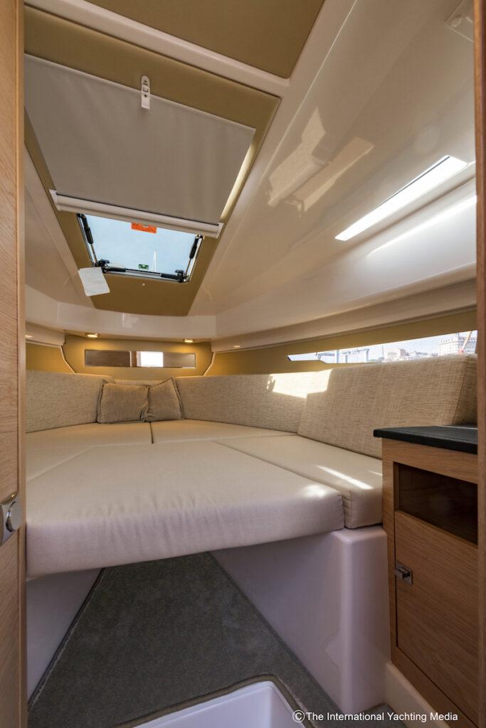 Flipper 900 ST bow cabin