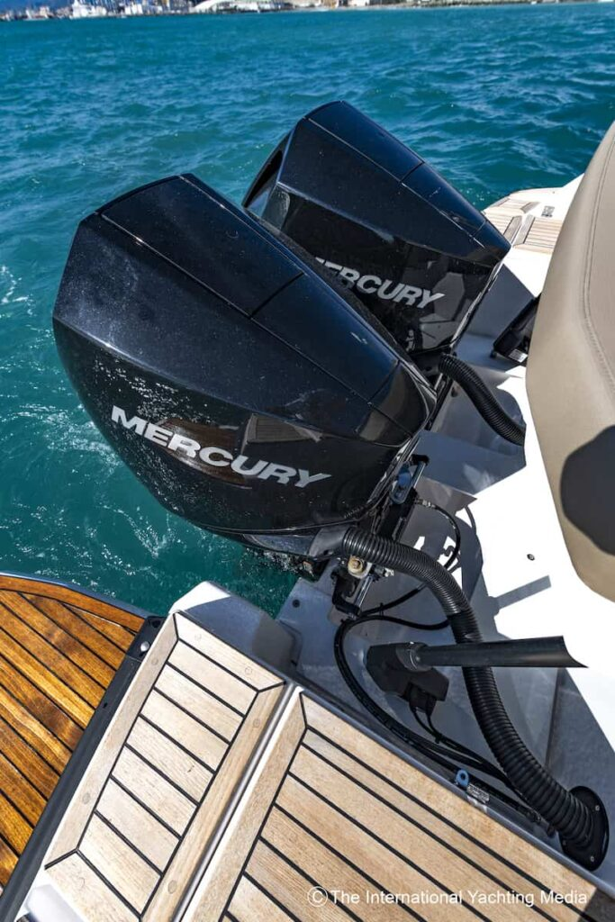 Flipper 900 ST outboards