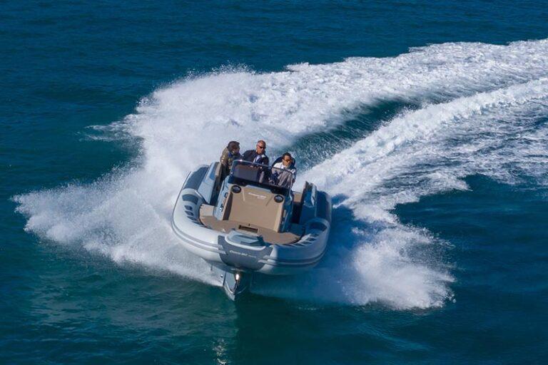 Ranieri Cayman 28.0 Executive under way